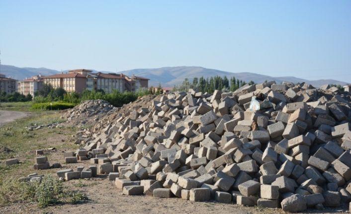 Şuhut Belediyesinden parke taşlarına alanlara uyarı