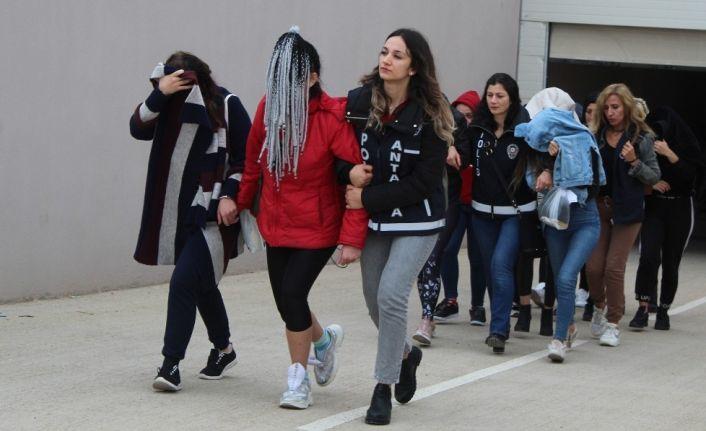 """Antalya'da """"jigolo yapma"""" vaadiyle dolandırıcılık: 19 gözaltı"""