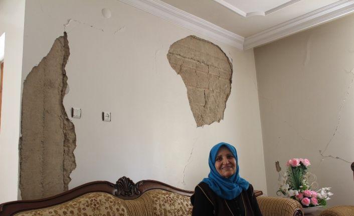 """Depremzede evi hasarlı olmasına rağmen """"evde kal"""" çağrısına uyuyor"""