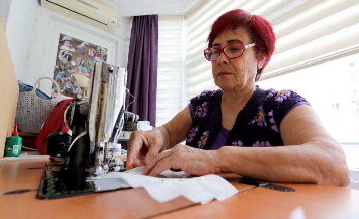 Mezitli'de kadınlar evlerinde maske üretiyor