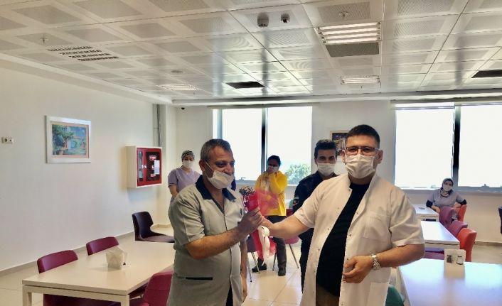 Finike Devlet Hastanesinde sağlık çalışanlarından temizlik personeline sürpriz