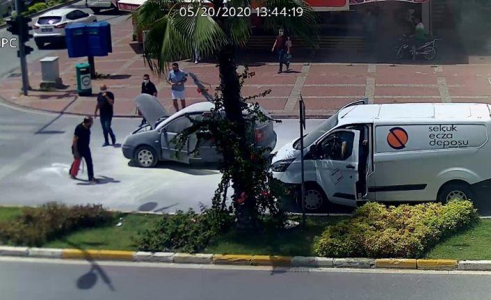 Hararet yapan otomobile vatandaşlar 5 yangın tüpü boşalttı