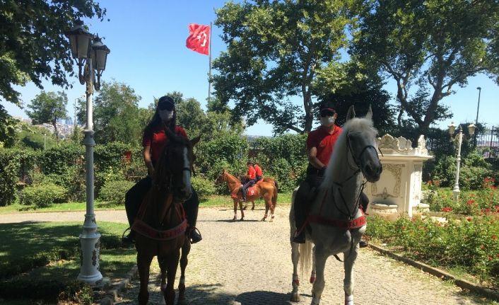 (ÖZEL) Kurban Bayramı'nda atlı polislerden Gülhane Parkı'nda denetim