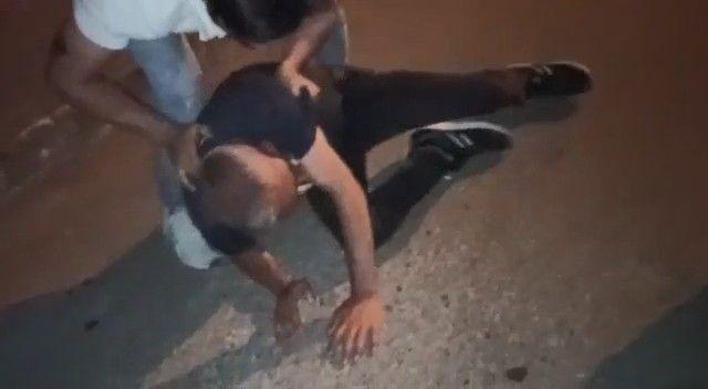 Uyuşturucu sattığı iddia edilen şahsı sokak ortasında dövdüler