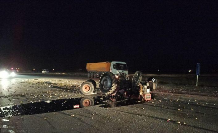 Kamyon traktöre, başka kamyon da sürücüsüne çarptı: 1 ölü, 2 yaralı