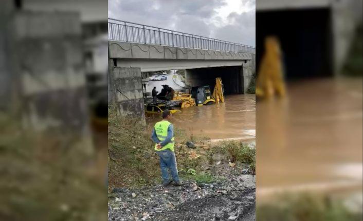 Sağanak yağış nedeniyle aracıyla mahsur kaldı