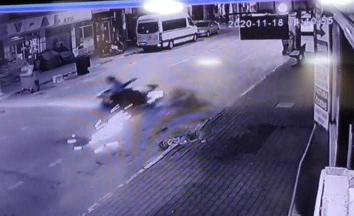 Bursa'da kontrolden çıkan motosiklet savruldu...İki kişi ölümden böyle döndü