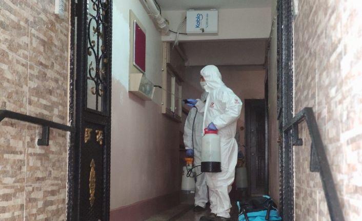 Fatih'te virüs vakalarının olduğu binalar dezenfekte ediliyor