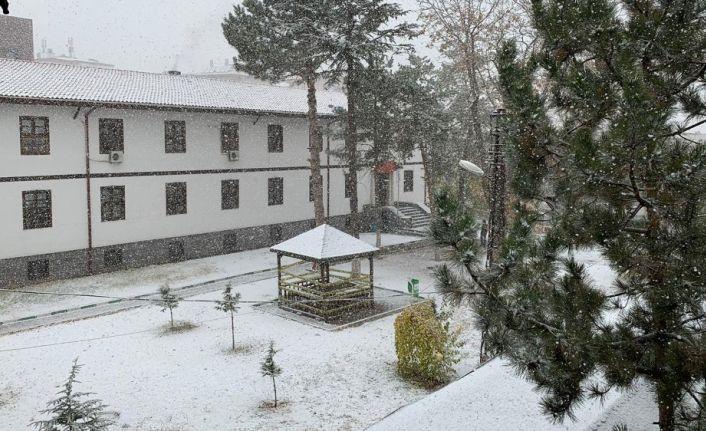 Meteoroloji uyarmıştı: Kırıkkale'ye mevsimin ilk karı yağdı