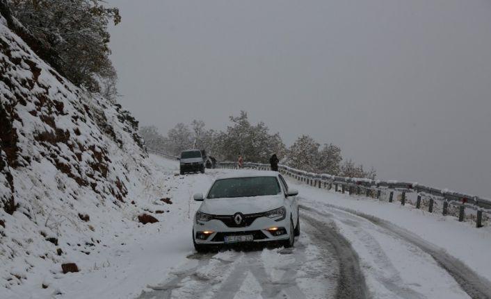 Tunceli'ye mevsimin ilk karı düştü, 31 köy yolu kapandı