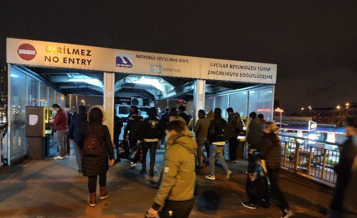 Sokağa çıkma kısıtlamasına 1 saat kala İstanbul'da trafik yoğunluğu arttı
