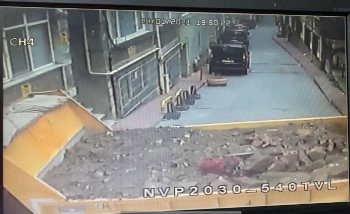 Beyoğlu'nda kamyonetin binaya çarptı anlar kamerada