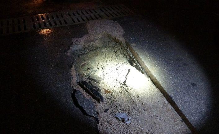 Kozan'da sağanak nedeniyle istinat duvarı ve yol çöktü