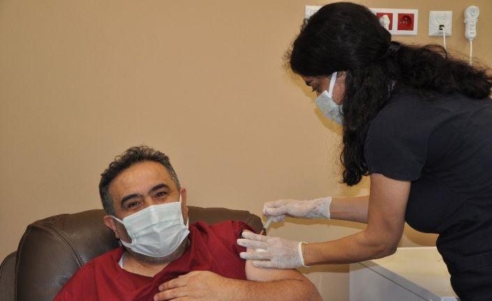 Manisa Şehir Hastanesinde sağlık çalışanlarına aşı vuruldu
