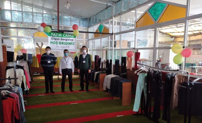 İhtiyaç sahipleri için giysi sergisi