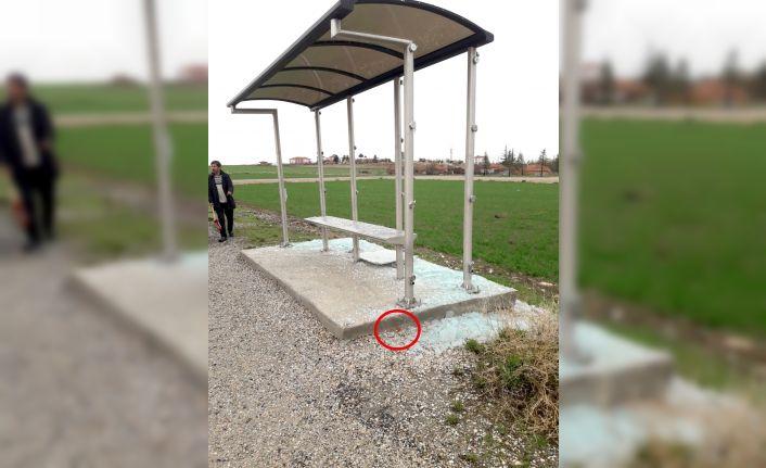 Magandalar otobüs durağına zarar verdi