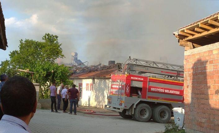 Çorum'da yangın 1 ev ve samanlık yandı