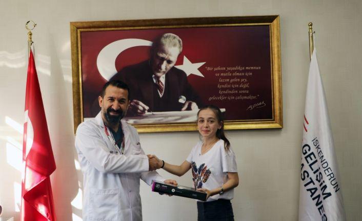 Başhekim Turhan'dan tıp fakültesini kazanan Helin'e steteskop