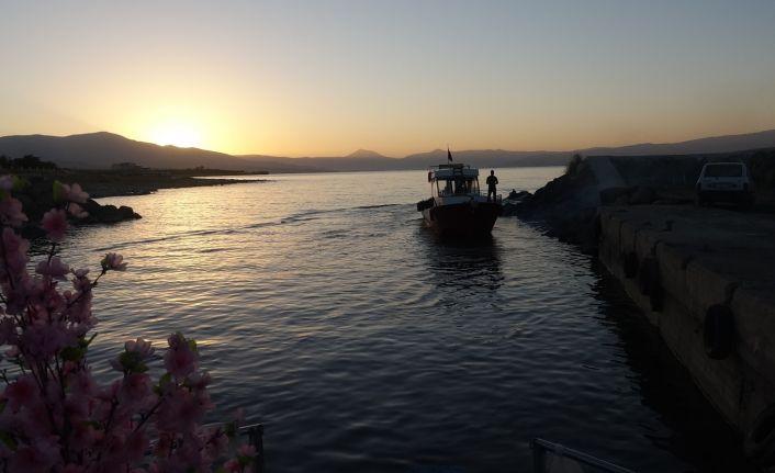 Van Gölü'nde karaya oturan balıkçı tekneleri yeniden göle açıldı