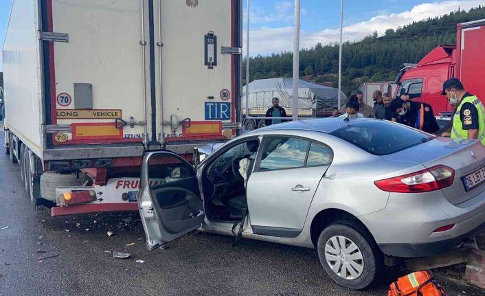 Manisa'da otomobil tıra arkadan çarptı: 1'i ağır, 3 yaralı
