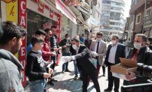 Belediye Başkanı Rasim Arı, vatandaşlara maske, eldiven ve kolonya dağıttı