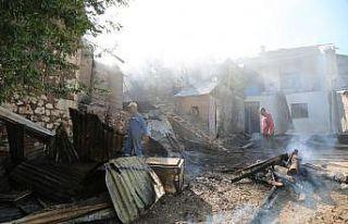 Tunceli'de ev yangını 2'si kullanılamaz hale...