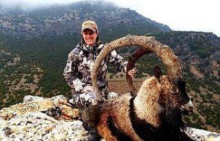 ABD'li avcı uzun boynuzlu dağ keçisi avladı