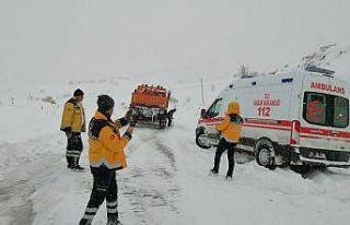 Sağlık ekipleri zorlu kış koşullarıyla mücadele...