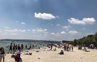 Plajlara akın eden vatandaşlar, sosyal mesafe kuralını...