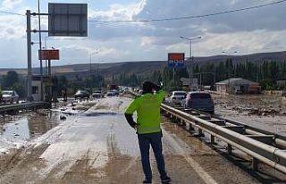 Sivas-Ankara Karayolunda taşkın nedeniyle ulaşım...