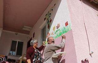 Kerpiç duvarlar yaşlı çifte tuval oldu