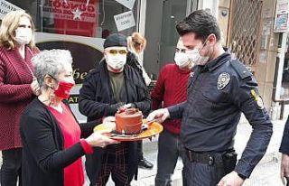 İzmir'de kadına şiddet ihbarına giden polisler...