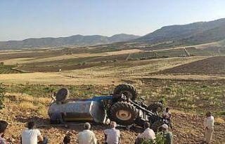 Devrilen traktörün altından burnu bile kanamadan...