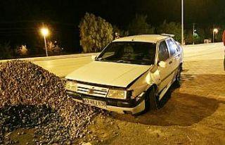 Karşı şeride geçen otomobil devrilmekten son anda...