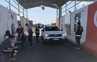 Kızıltepe'de polis kontrol noktasında sürücülerin...