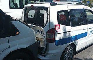 Minibüs polis aracına arkadan çarptı: 2 polis...