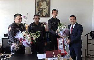 Avukatı yaralayan şüphelileri yakalayan polise...