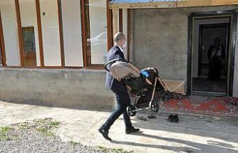 Başkan Büyüksu'dan engelli Özdemir'e bebek arabası