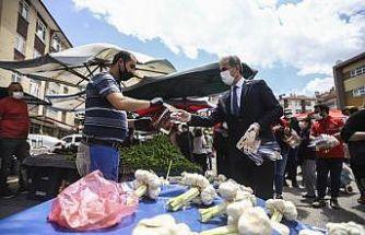 Başkan Köse pazarcı esnafı ile kuaförlere siperlik ve maske dağıttı