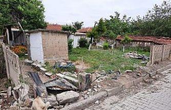 Otomobil evin bahçe duvarına çarptı