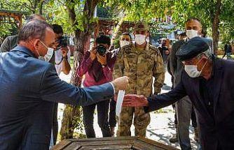 Maskesi yıpranan yaşlı adama, Vali Öner yeni maske verdi