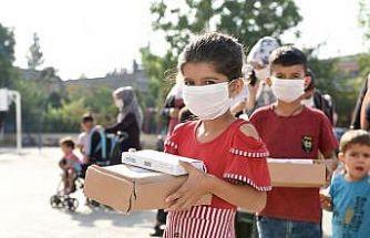 Öğrencilere maske ve çocuk kiti, okullara dezenfektan