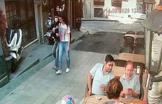 (Özel) Taksim'de genç kızın dehşeti yaşadığı kapkaç kamerada