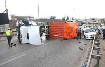 Virajı alamayan tır üzerine devrildiği otomobili hurdaya çevirdi: 2 yaralı
