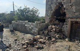 Deprem Ayvalık'ta da hissedildi, bir taş binanın duvarı çöktü