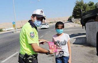 Silvan polisinden öğrencilere hikaye kitabı hediyesi