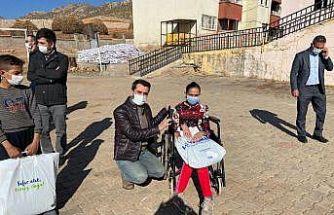 Eruh Devlet Hastanesi Başhekimi Çelik'ten öğrencilere giysi desteği