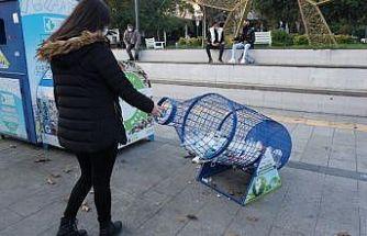 İzmit'te pet şişe kafesleriyle atıkları ekonomiye kazandırıyor
