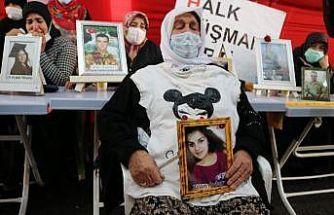 Kızının tişörtünü alıp HDP önündeki evlat nöbetine katıldı