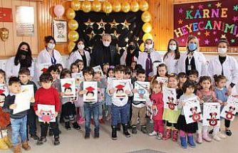 Başkan Sarı minik öğrencilere karne dağıttı